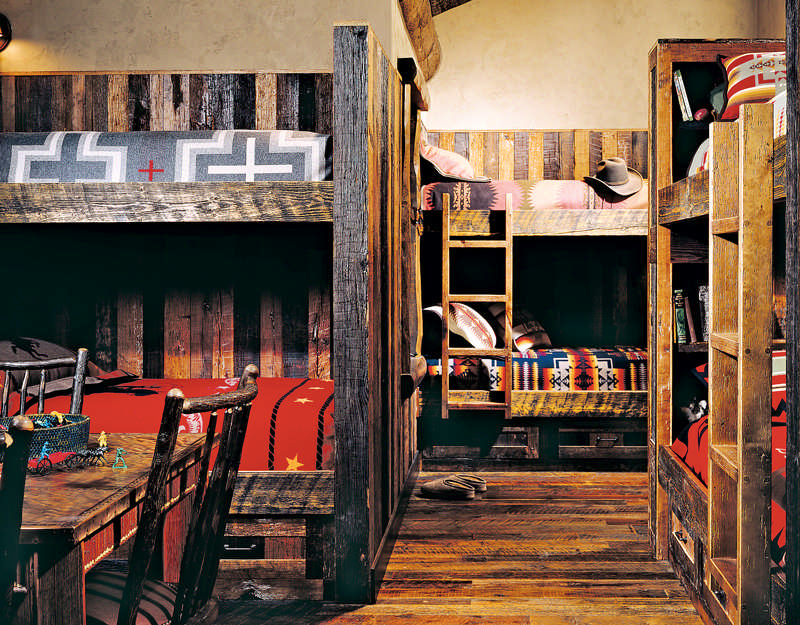 Snug Sanctuaries in Log Homes