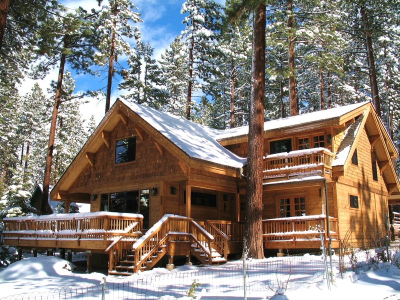 9 tips for building a log home in snow country for Country log homes